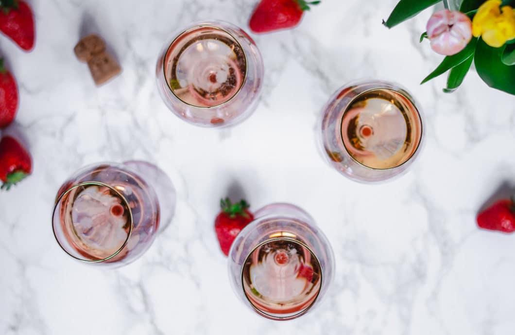 Der bauchige Körper des Weinglases sowie die sich nach oben verjüngende Form lassen dem Wein Luft zum Atmen, sorgen aber auch bereits für eine Geschmacksentfaltung des Aromas auf den Lippen des Weintrinkers. Das gilt für Weine ebenso wie für prickelnde Champagnersorten oder Sommercocktails. (Foto: Annelie Ulrich)