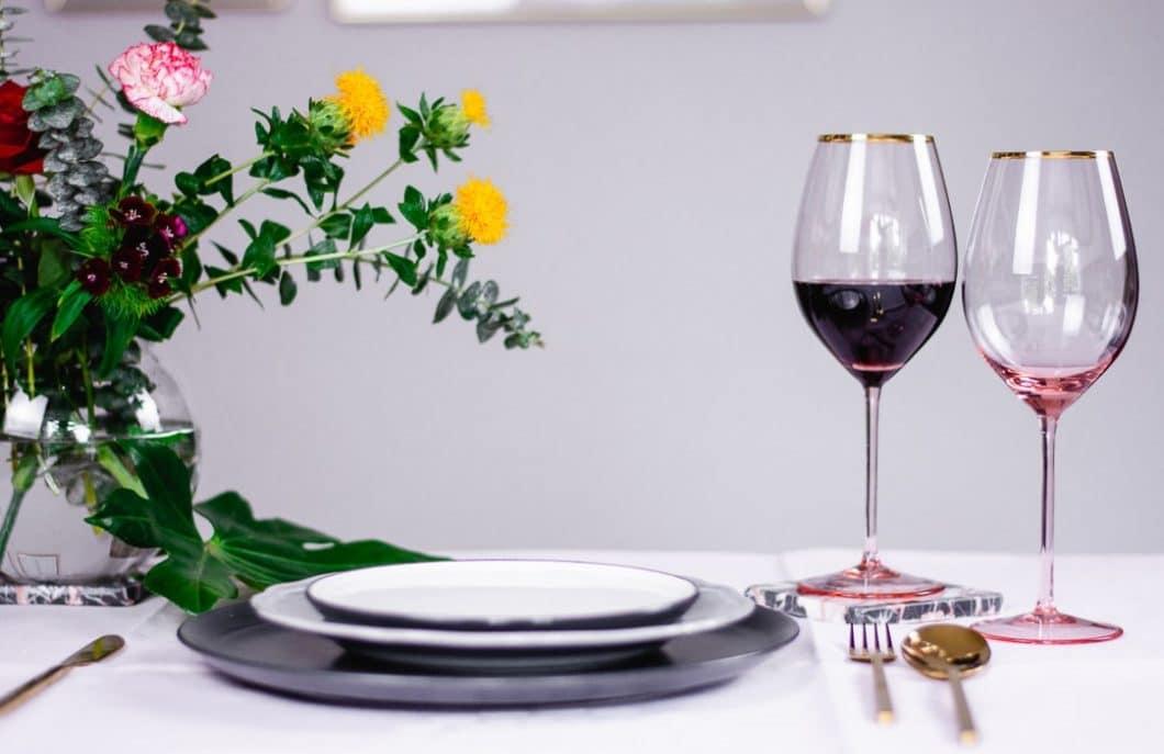 Das Weinglas Stella ist für jedermann - und jeden Wein - gedacht, setzt aber bewusst auf eine feminine Gestaltungsnote mit rosalinem Kristallglas und Goldrand. (Foto: Annelie Ulrich)