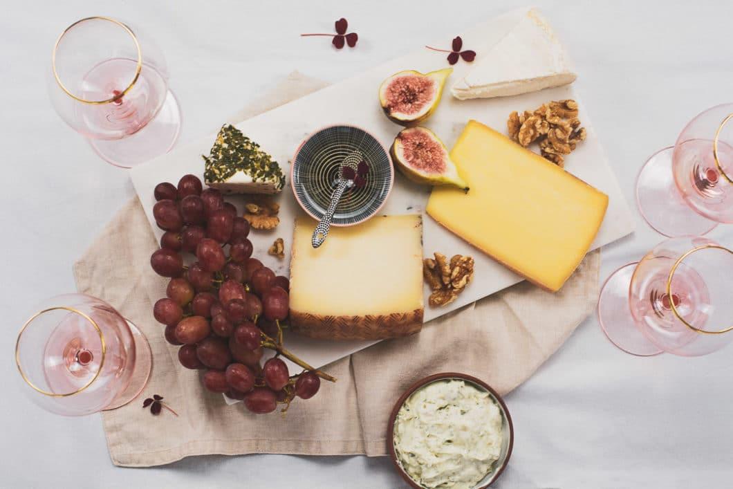 Ein Traum für jeden Sommerabend: ein ausgiebiges Picknick mit Käse, Trauben und Wein - wenn es da nicht die Diskussion ums passende Glas gäbe. Nicht umsonst ist der Markt angefüllt mit Gläsern für Rotwein, Weißwein, Rosé, Prosecco und Cocktails. (Foto: Annelie Ulrich)