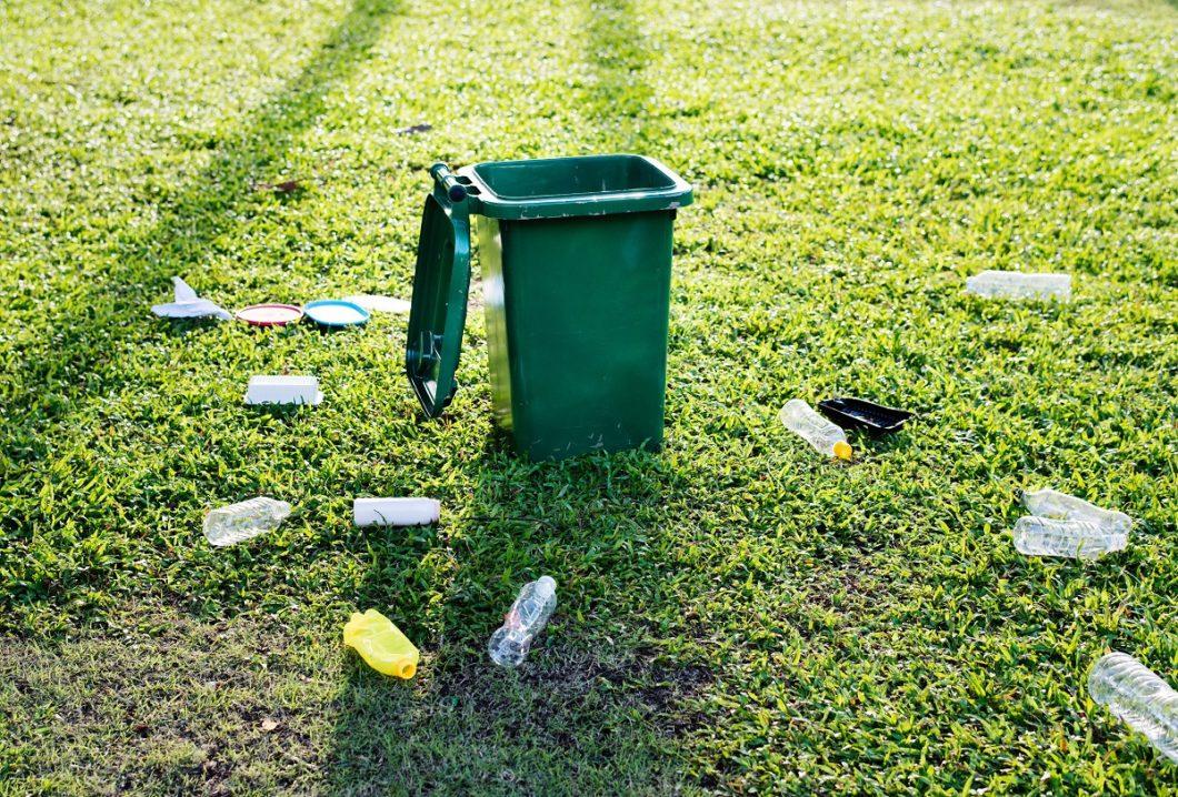Um nachhaltig zu leben, sollten wir zunächst vor der eigenen Haustüre kehren: einfache Maßnahmen wie Recycling und das Vermeiden von Plastik werden von den meisten nur halbherzig befolgt. (Foto: rawpixel)