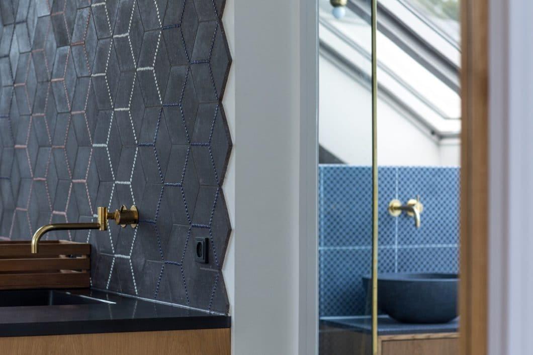 Wie stark die Ausgestaltung der Küchenrückwand auf den jeweiligen Stil wirkt, zeigt sich gut an diesem filigranen Beispiel: höchst elegant und ungewöhnlich zugleich wurde die Küchenrückwand als zentrales Gestaltungselement eingesetzt. (Foto: Made a Mano)