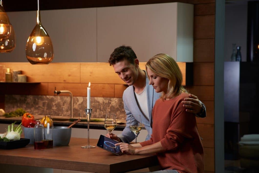 Die Lichtplanung wird in modernen Küchen wichtiger denn je. Möbel werden über indirektes Licht in Szene gesetzt. Außerdem beziehen Planer die Möglichkeit ein, dass Küchen auch vor und nach den Mahlzeiten als Aufenthaltsraum genutzt werden. (Foto: ewe)