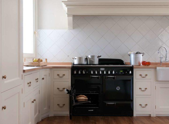 """Elegant trotz monströser Größe: der Falcon Range Cooker """"Elan Deluxe"""" bietet variantenreiche Funktionen fürs Kochen und Backen - und eine besonders markante Optik. (Foto: Falcon)"""