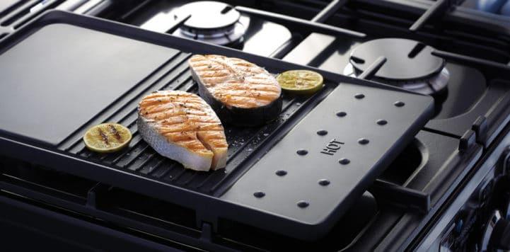 """Die Grillplatte ist ein besonderer Clou des Range Cookers """"Elan Deluxe"""" und kommt sowohl in der Betriebsart Gas als auch bei Induktion zum Einsatz. (Foto: Falcon)"""