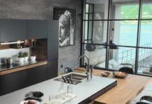 """Franke präsentiert auf der Küchenmeile A30 seine neue Filter-Armatur """"Vital"""". Das System soll plastikfrei und platzsparend sein - und sich damit gegenüber der Konkurrenz durchsetzen. (Foto: Franke im House4kitchen)"""