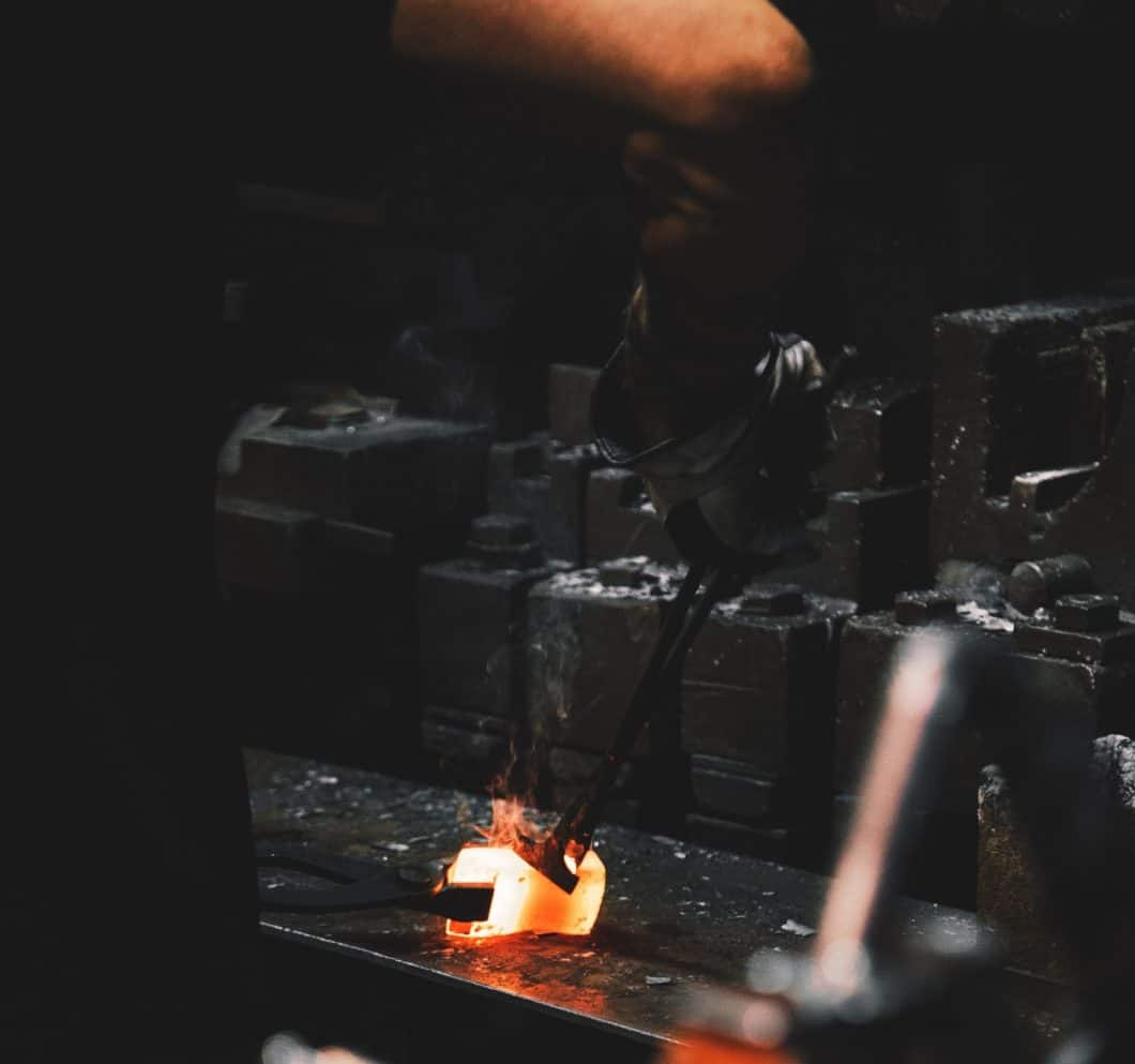 Gusseisen wiegt schwer: im Produktionsprozess wie anschließend in der Hand. Dennoch ist kaum ein Material so langlebig und hochwertig für Pfannen und Töpfe. (Foto: Malte Wingen)