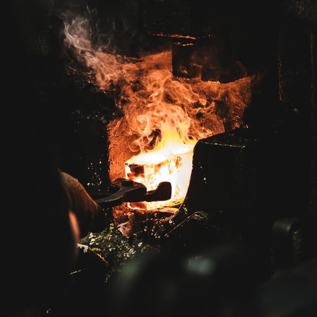 Für die glühend heiße Masse an Gusseisen werden vorher unter Hochdruck gepresste Formen aus Sand gefertigt. Metallformen würden der Hitze nicht standhalten. Eine Wissenschaft für sich. (Foto: Malte Wingen)