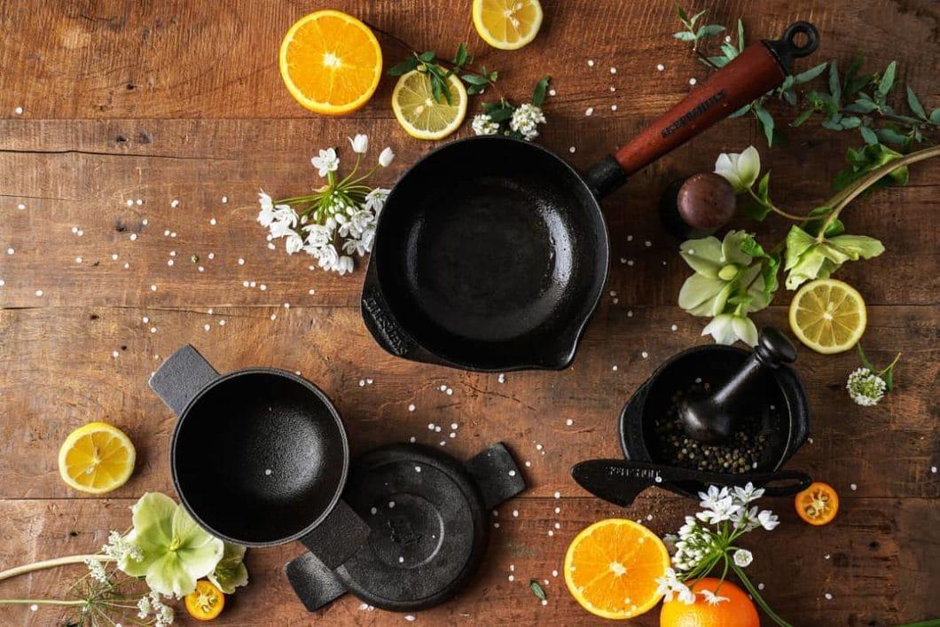 Pfannen, Kasserollen, Mörser und Küchenaccessoires: seit nunmehr 1906 fertigt Skeppshult als mittlerweile einzige skandinavische Manufaktur eine Vielzahl an Küchenutensilien aus Gusseisen. (Foto: Skeppshult)