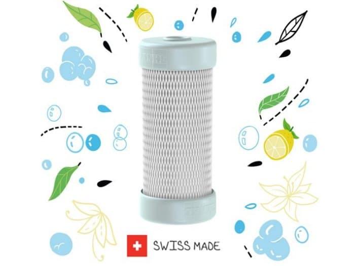 In eine unscheinbare Kapsel - die im Vergleich zur Armatur noch kleiner erscheint - hat der Schweizer Hersteller ein patentiertes Filtersystem verbaut: inklusive einer bionischen Membrantechnologie. (Foto: Franke)