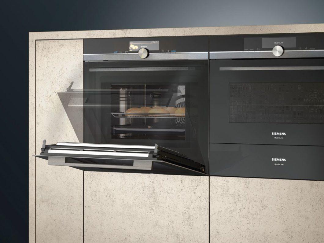 """Backofentüren, die sich auf Zuruf automatisch öffnen, Geschirrspüler, die selbständig dosieren und Kochfelder, die den Nutzer mithilfe von """"Guided Cooking"""" zur Höchstform auflaufen lassen: die neuen Küchengeräte für 2020 versprechen eine aufregende Küchenzukunft. (Foto: Siemens Hausgeräte)"""