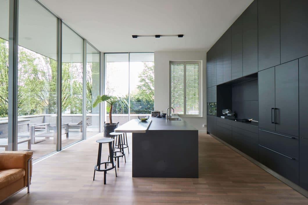 Eine epochale Küche in einer Hamburger Villa wurde vom Küchen-Atelier Hamburg (KAH) geplant und verbaut. (Foto: Volker Renner/ KAH Hamburg)