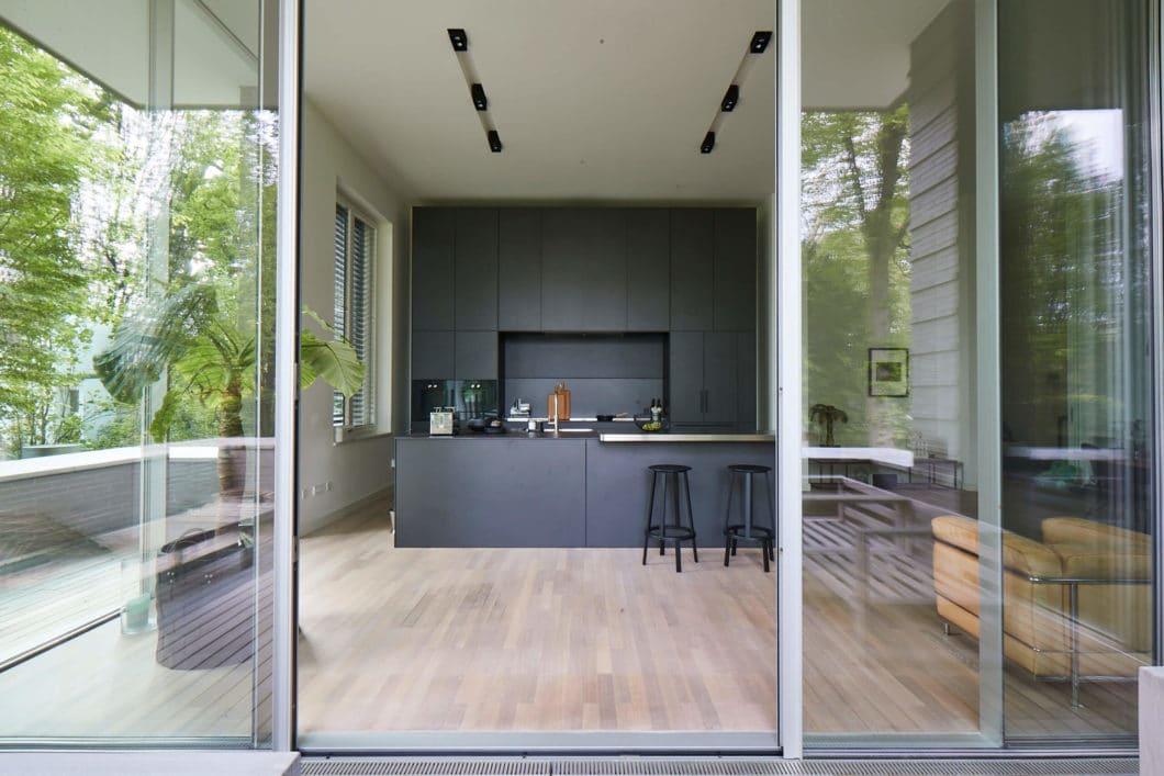 Blicken Sie mit uns hinter die Kulissen dieses spannenden Küchenprojekts: diese großzügige, lichtdurchflutete Räumlichkeit sollte mit einer ebenbürtigen Küche ausgestattet werden. (Foto: Volker Renner/ KAH Hamburg)