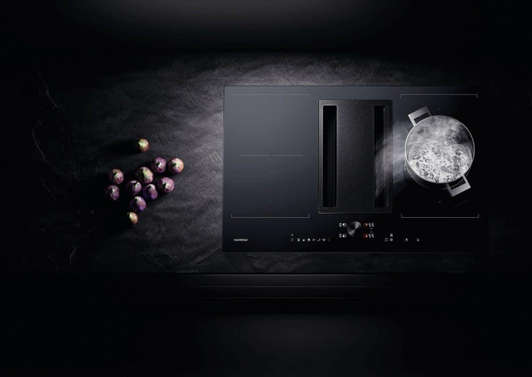 """Gaggenau gilt als der Ur-Begründer des modernen Kochfeldabzugs mit seiner """"Muldenlüftung"""". Doch auch für andere Kochvorlieben hat die Luxusmarke die passenden Geräte im Sortiment - nun mit 3 neuen Dunstabzügen von oben. (Foto: Gaggenau)"""