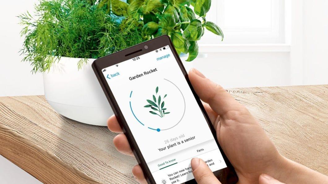 """Einziger Wermutstropfen an der Küchenmaschine """"Cookit"""" von Bosch: die mit der Home Connect-App verknüpfte Rezeptdatenbank umfasst erst 200 Rezepte mit Anleitung. Diese soll jedoch beständig erweitert werden. Nutzbar ist sie auch für die Aufzucht von Küchenkräutern mit dem Bosch SmartGrow-System. (Foto: Bosch)"""
