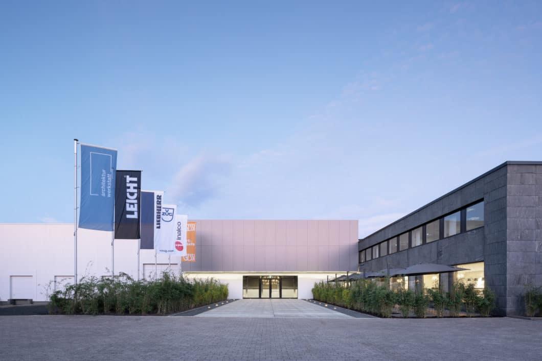 """LEICHT bezeichnet sich selbst als Architekturwerkstatt - und hat im ostwestfälischen Löhne einen groß angelegten Bau als """"Architekturwerkstatt"""" eröffnet, die als Inspiration für Küche und Innenausbau dienen soll. (Foto: LEICHT)"""