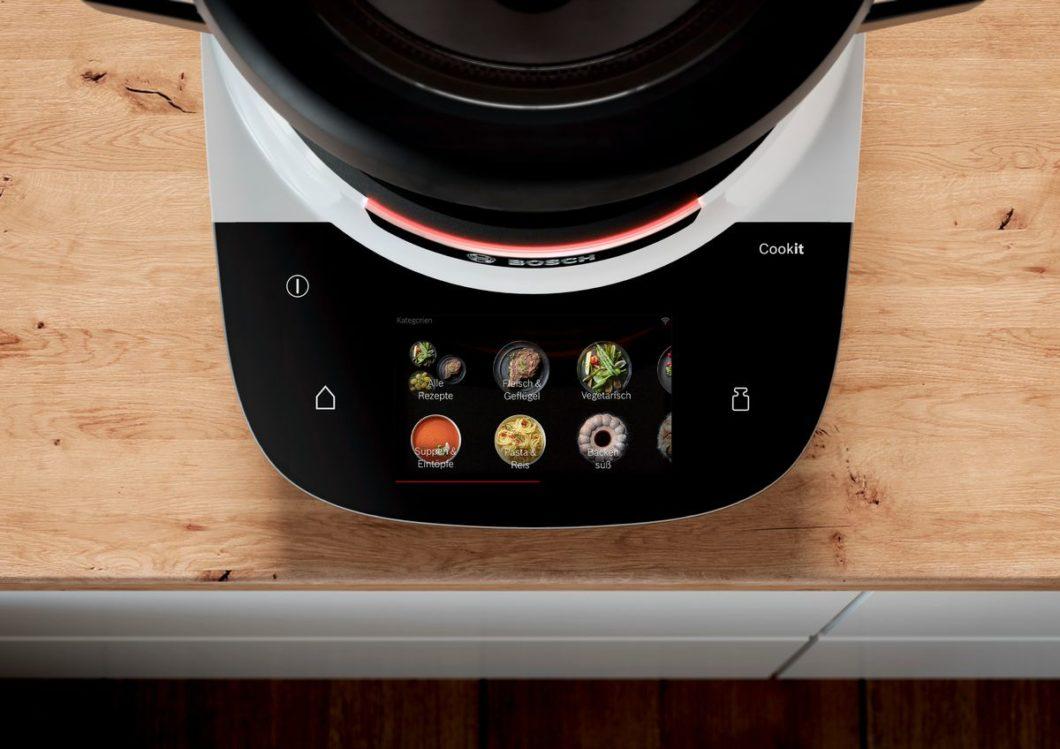 """Der große Topf, ein fester Hartplastikuntersatz und ein farbenfrohes Touchdisplay haben """"Cookit"""" von Bosch und der Thermomix gemeinsam. Allerdings: der Topf von Bosch umfasst 3 Liter und ist damit größer sowie zum Anbraten geeignet. (Foto: Bosch)"""