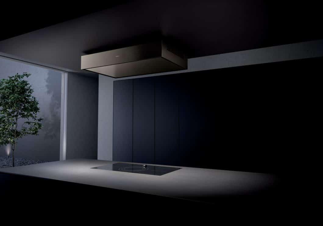 Wie eine architektonische Spiegelung ist der abgehängte Deckenlüfter an dem Vorbau über der Kücheninsel befestigt. Die zuverlässige Randabsaugung ermöglicht Kopffreiheit beim Kochen und visualisierte Eleganz. (Foto: Gaggenau)