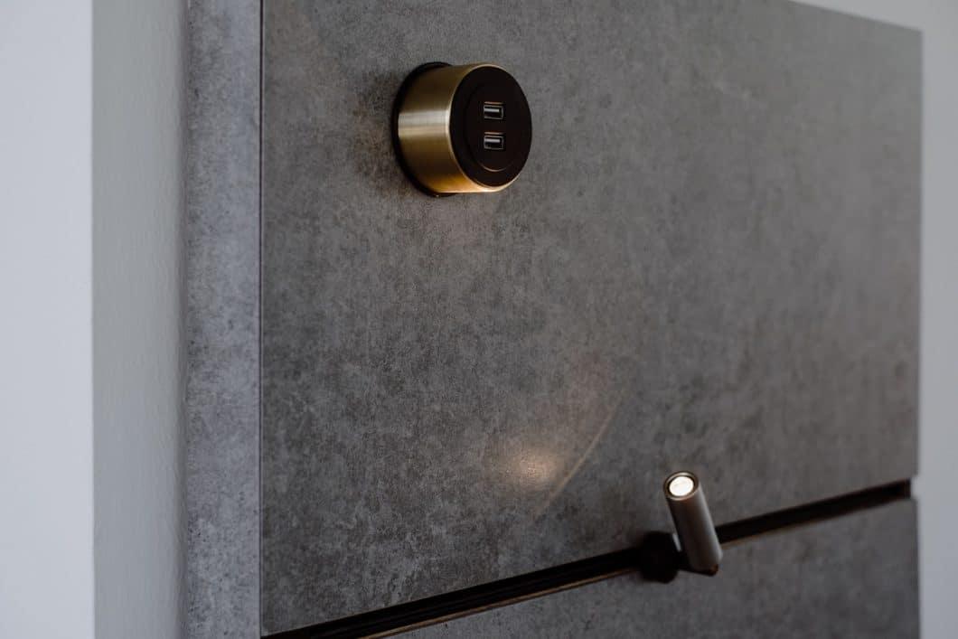 Faszinierende Möglichkeiten für die Küchenrückwandgestaltung ergeben sich mit THE WALL nicht nur für die einzelnen Module (Steckleuchten, USB-Anschluss), sondern auch für die Oberfläche, deren Material aus hochwertigen Verbundwerkstoffen wie Dekton oder Antikholz gewählt werden kann. (Foto: orea Europe)