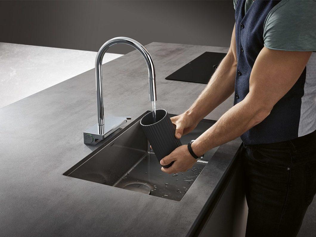 Im Design kann der Kunde zwischen einem elegant gebogenen, hohen Auslauf und einem kantigeren L-förmigen Auslauf wählen. (Foto: hansgrohe)