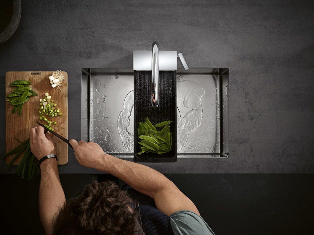 Schneiden, spülen, mit Wasser befüllen: an der Armatur spielen sich zentrale Teile des Kochprozesses ab. Mit drei verschiedenen Strahlarten erhöht die hansgrohe Aquno Select M81 die Funktionalität der Spüle immens. (Foto: hansgrohe)