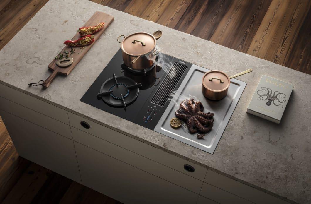 Kochen mit Gas und einem Kochfeldabzug? Kein Problem: BORA hat die Gasbrenner so optimiert, dass sie eingesenkt im Kochfeld arbeiten und daher vom Abluftstrom nicht beeinträchtigt werden. (Foto: BORA)