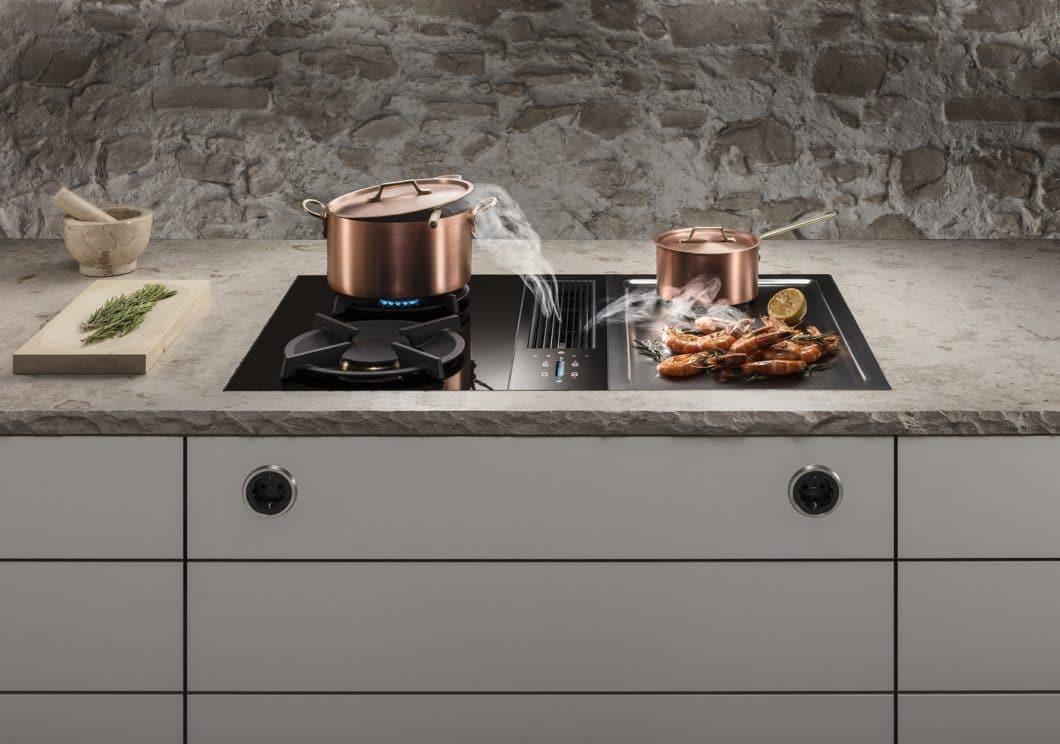 Kochen mit Gas und Kochfeldabzug? Das funktioniert mit dem neuen BORA Classic 2.0 dank tiefergesetzter Gasbrenner, die von der starken Querströmung des Kochfeldabzugs nicht beeinträchtigt werden. (Foto: BORA)