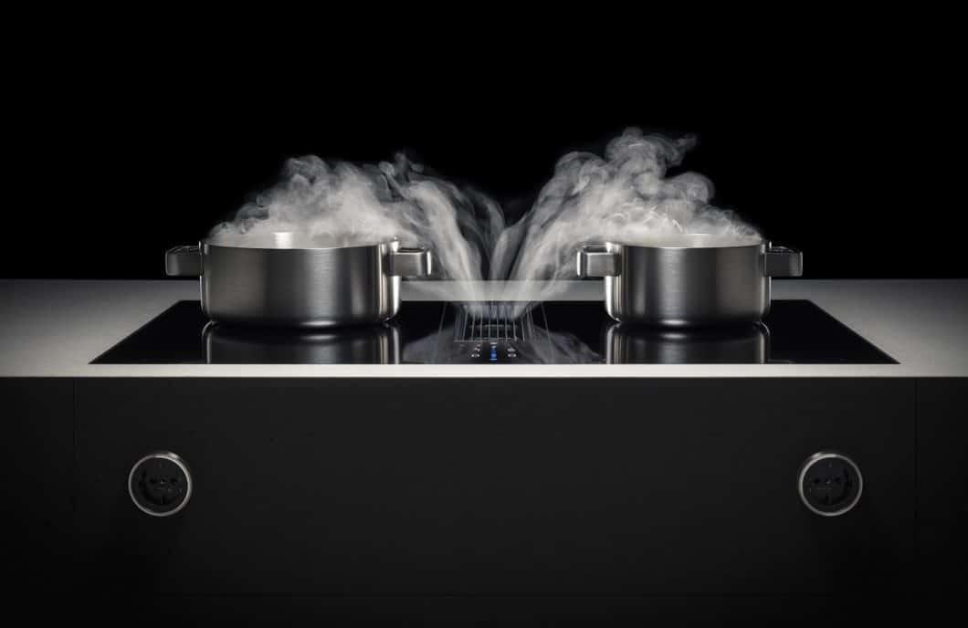 Die Angst vor Fehlern ist groß beim Kochfeldabzug: was passiert, wenn mir doch mal Flüssigkeit umkippt und in die Öffnungsschlitze hineinläuft? Wie gut ist die teure Technik geschützt? Und was kann ich gegen Feuchtigkeit im Küchensockel tun? Unsere Expertin Gabriele Rapsch klärt auf. (Foto: BORA)