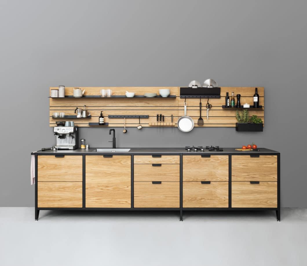 Die funktionale Küche: für den einen bedeutet das, alle Utensilien im Blickfeld aufzubauen - der andere möchte sie lieber hinter Schranktüren verbergen. Im Alltag ist beides ein Muss - und bringt Spaß in den Küchenablauf. (Foto: Jan Cray Manufaktur Hamburg)