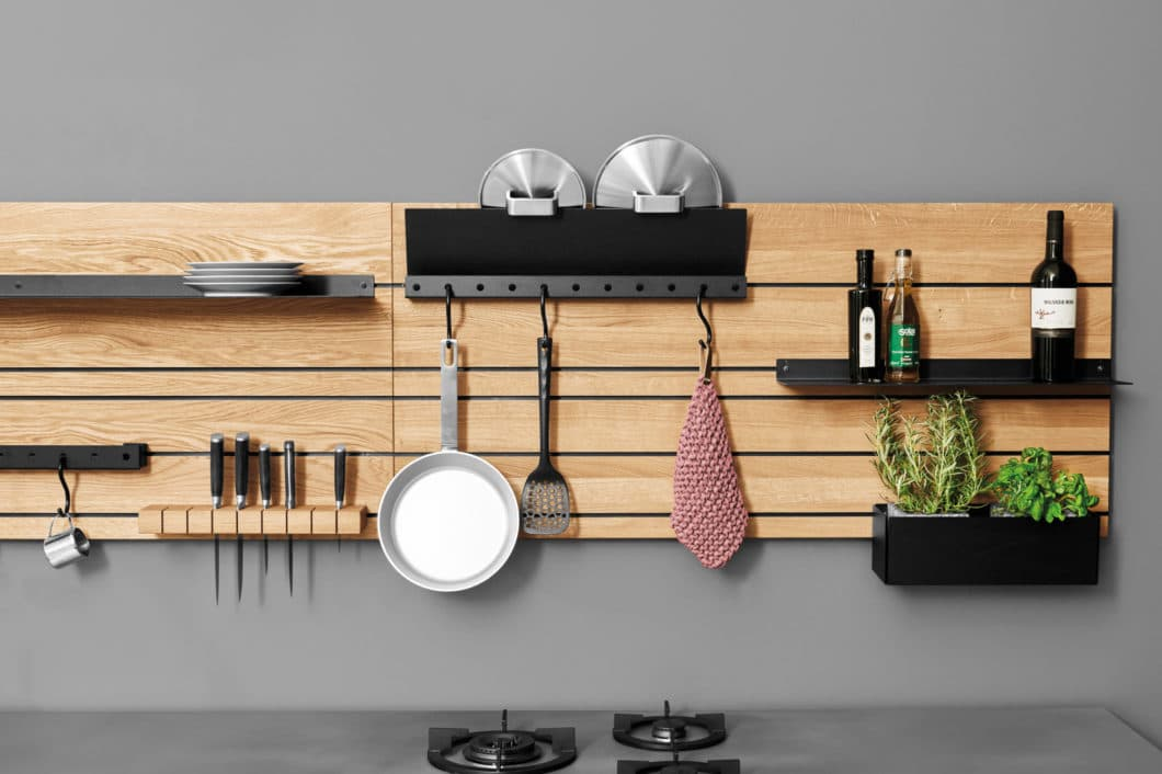Wie praktisch ist das denn? Tipps für die funktionale Küche im Überblick - von der Küchenrückwand bis zum ausklappbaren Allesschneider aus der Schublade. (Foto: Jan Cray Manufaktur Hamburg)