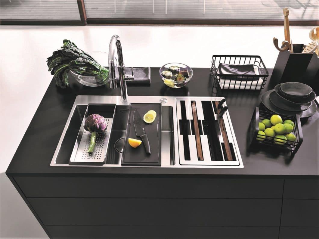 Alles im Griff: eine moderne Küchenausstattung hilft, unnütze Gegenstände ordentlich zu verräumen und häufig genutzte Küchenutensilien im Sichtfeld für die funktionale Küche aufzubewahren. (Foto: Franke)