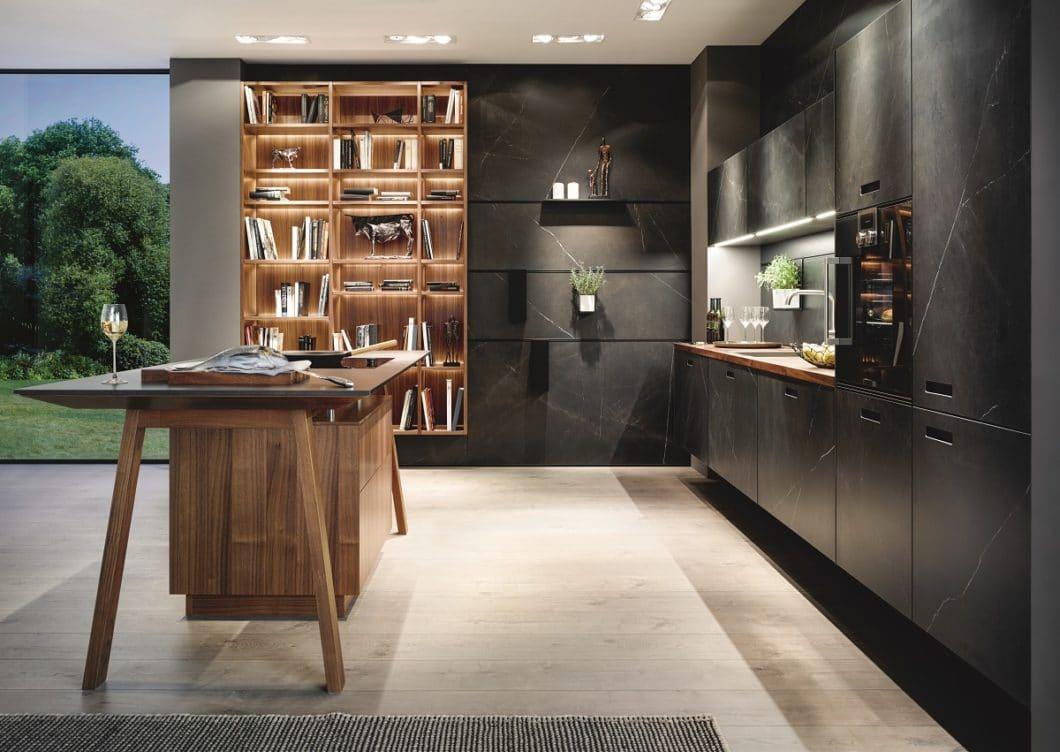 Mit geschickten Tricks auf funktionaler und designästhetischer Ebene versucht next125, das bestmögliche Ergebnis aus kleinen Küchenräumen herauszuholen. scheuen Sie beispielsweise nicht vor prunkvollen Materialien und Farben zurück. Leichte Kücheninseln wie der Kochtisch hingegen lassen den Raum optimiert wirken. Nutzen Sie außerdem unbedingt die verbleibende Rückwand mit Paneelen. (Foto: next125)