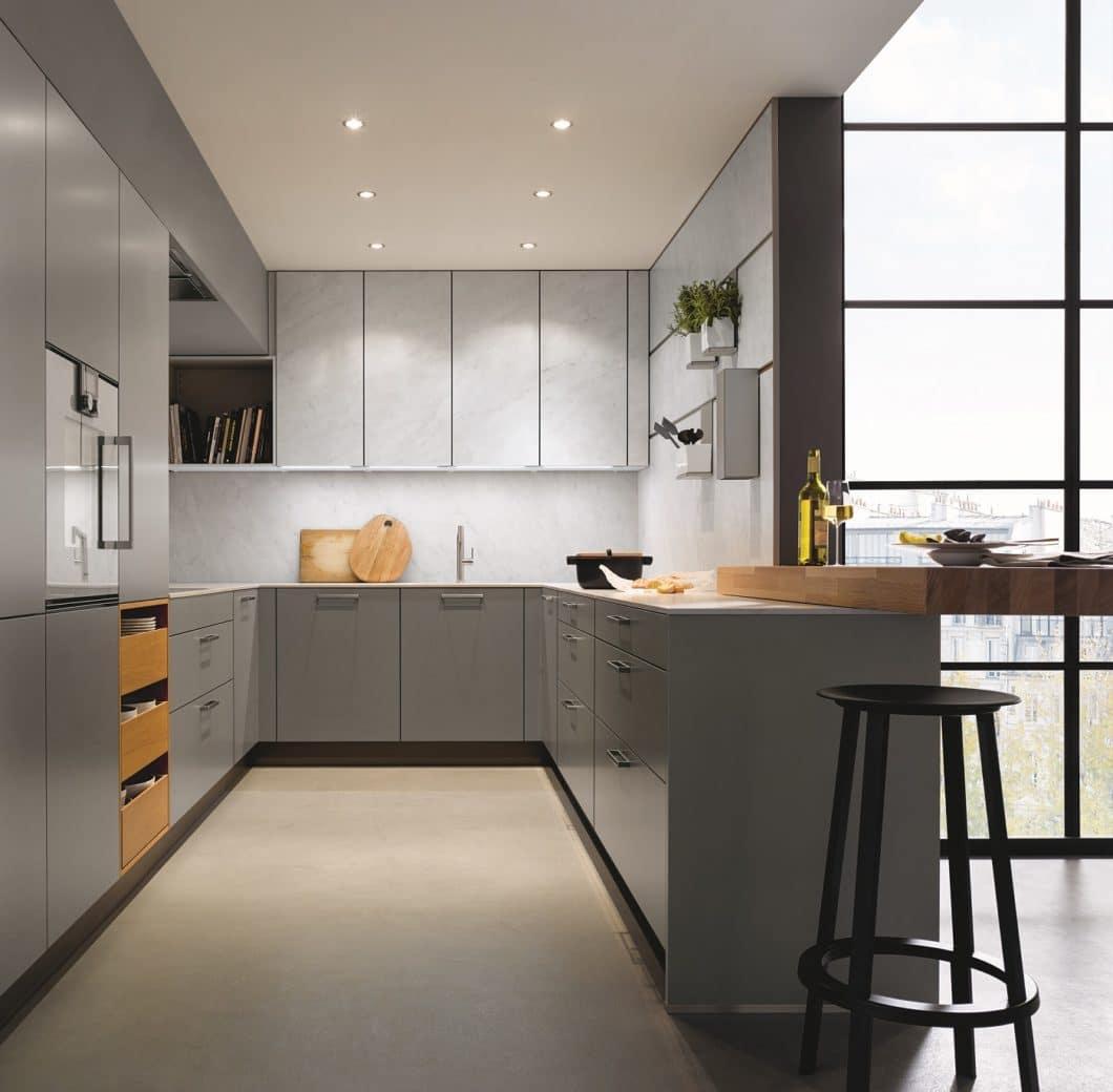 """Ein samtmattes Achatgrau sorgt für Ruhe, Stabilität, aber auch zeitlose Schönheit in einer """"Tiny Kitchen"""". Kombiniert mit Weiß und Holz ergibt sich das Bild einer modernen Küche mit Schränken bis zur Decke. (Foto: next125)"""