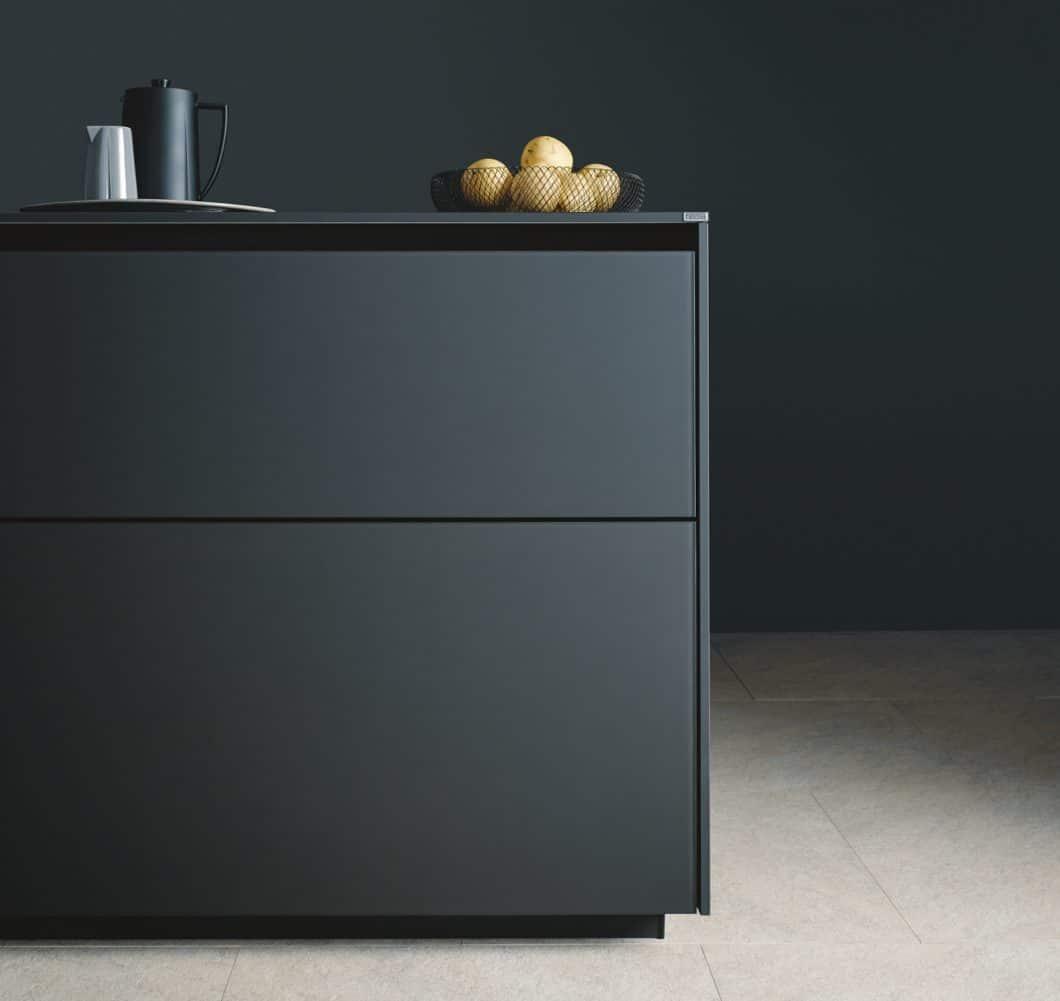 """Die next125 """"single line"""" passt perfekt zu den Schränken der """"Tiny Kitchen"""": die grifflose Optik erzeugt ein minimalistisches und klares Fugenbild, das den Stauraum im Inneren zusätzlich erhöht. (Foto: next125)"""