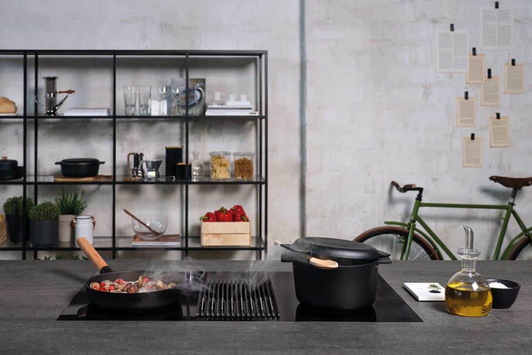 Das Kochfeld mit integriertem Kochfeldabzug und Waage ist ästhetisch designt und macht sich daher optisch gut im offenen Raum. Akustisch leider eher weniger - hier sollte mit einem Schalldämpfer gearbeitet werden. (Foto: Elica; NIKOLATESLA LIBRA)