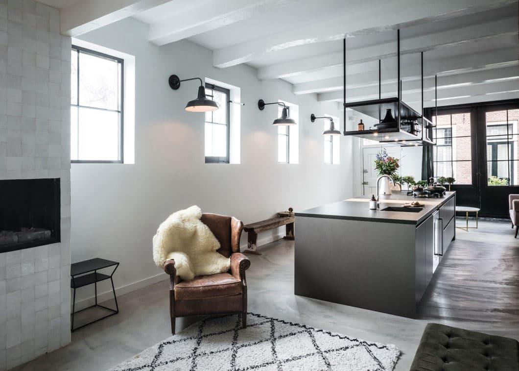 """Eine großzügige Kochinsel im Industrial Chic, die in den Gemäuern einer ehemaligen Bibliothek realisiert wurde. Der """"Best of URBAN""""-Award ging damit an die Niederlande. (Foto: SieMatic)"""