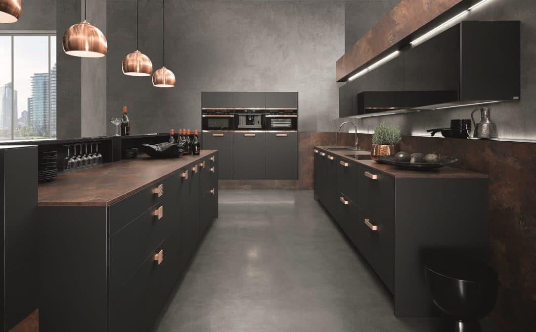 Es geht auch anders: der Hersteller rational setzt kupferfarbene Elemente und schwere dunkle Oberflächen für höchst elegante und glamouröse Küchenräume ein. (Foto: rational)