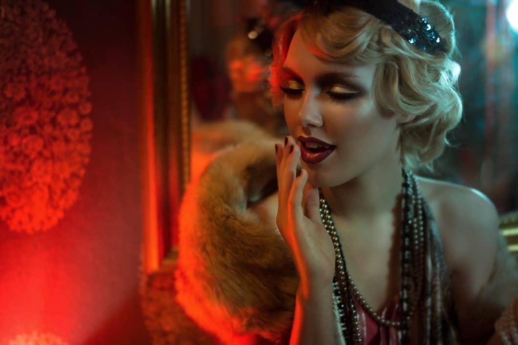 """Die """"Goldenen 20er Jahre"""" stehen sinnbildlich für Glamour, Luxus und leidenschaftliche Eleganz. Das hat sich im Kleidungs- und Wohnraumstil niedergeschlagen. Erlebt das Zeitalter nun ein Comeback? (Foto: stock/Iulia)"""