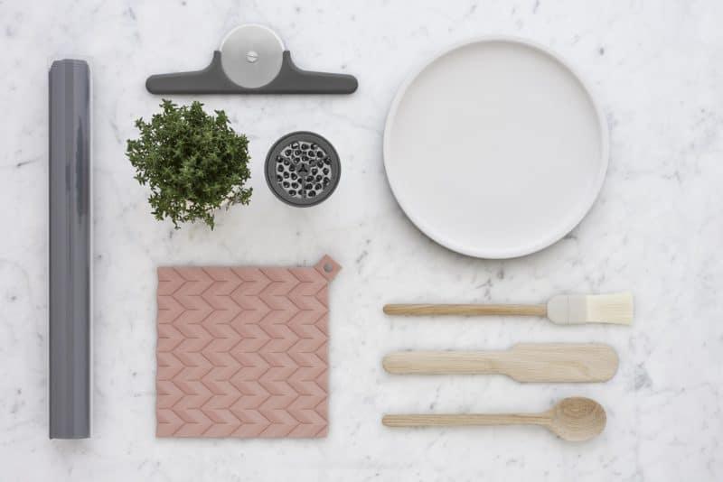 """Das """"New Nordic Design"""" wird nicht nur für Küchenoberflächen und Wohneinrichtung gefeiert, sondern auch für die Küchenhelfer 2020 bevorzugt. Frisch und gesund fühlt sich damit so einfach an... (Foto: RIG-TIG)"""