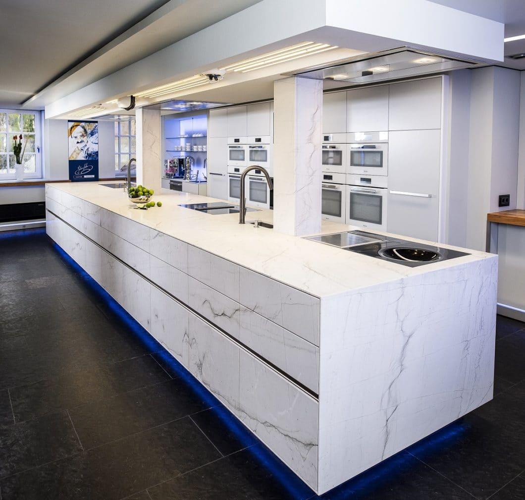 Satte 7 Meter misst die Naturstein-Kücheninsel, die STRASSER Steine für den Starkoch Johann Lafer in dessen Kochschule verbauen durfte. Gutes Marketing inklusive... (Foto: Strasser)