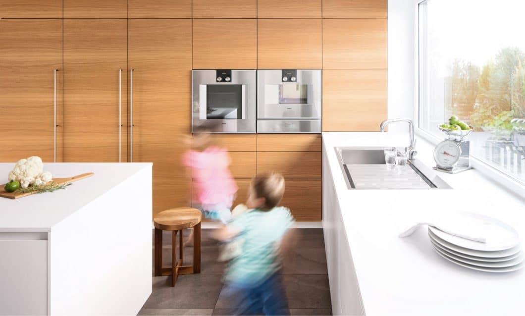 Was ist eine wirklich individuelle Küche? Wenn das Holz der Schrankwand das Material des Küchenbodens widerspiegelt. Wenn die Küche beliebig angeordnet und erweitert werden kann. Wenn die Küche auf Wunsch kindersicher und alltagstauglich ist. Nach Ihren Bedürfnissen perfektioniert. (Foto: selektionD)