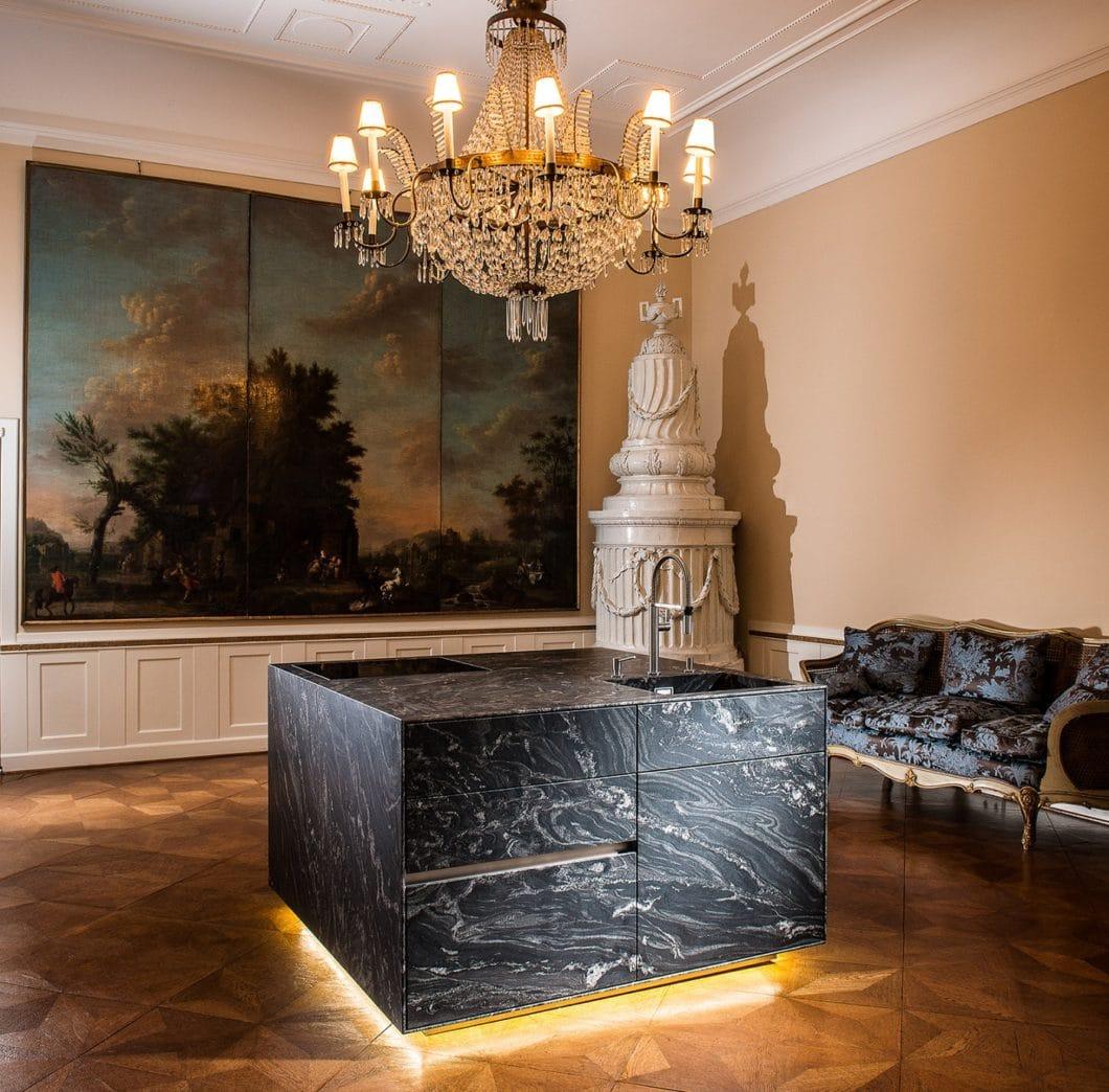 """Glamouröse Grandezza versprüht das österreichische Unternehmen Strasser: mit dieser modernen Küche hätte man sicher auch den glorreichen Geschmack der """"Goldenen 20er Jahre"""" in der Küche getroffen. (Foto: Strasser)"""