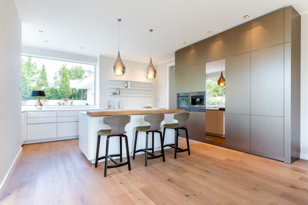 Purismus, Zeitlosigkeit und ein gewisser Glamour-Faktor unterliegt dieser Küche aus Metall und Mattlack. (Foto: Lang Küchen & Accessoires)