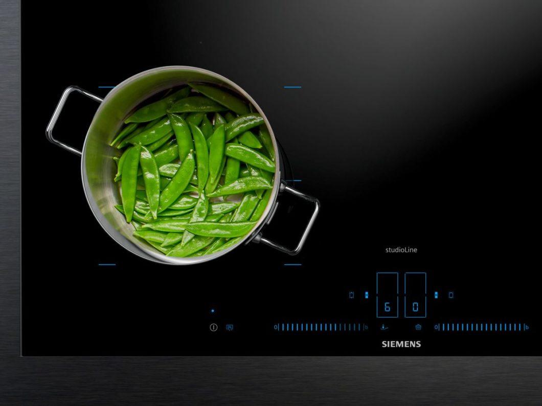 Wie Sie sehen, sehen Sie (fast) nichts: mit der activeLight-Lichtsteuerung werden Nutzer aktiv durch den Kochprozess gesteuert. Im ausgeschalteten Zustand wirkt das Kochfeld ebenmäßig schwarz. (Foto: Siemens Hausgeräte)