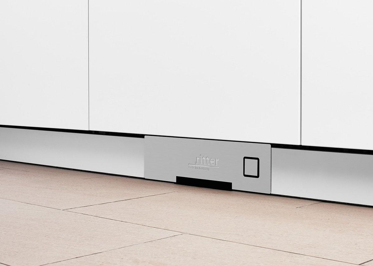 Mit seiner geringen Bauhöhe von 10,5 cm lässt sich der Sockelsauger SES 10 von ritterwerk problemlos auch nachträglich in die Küche einbauen. (Foto: ritterwerk)