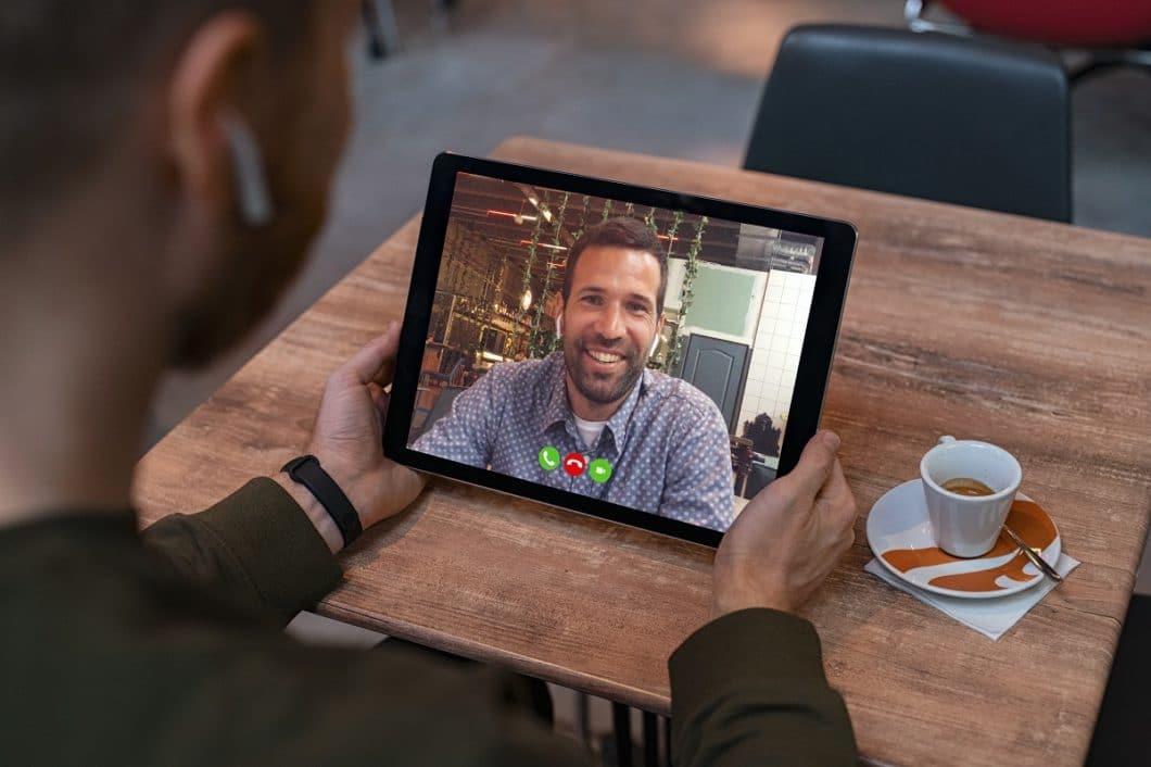 Über Skype und andere Videotelefonie-Angebote aus dem Internet können sich Kunden und Händler schnell austauschen und Dokumente zur Küchenplanung besprechen. (Foto: adobe stock/Rido)