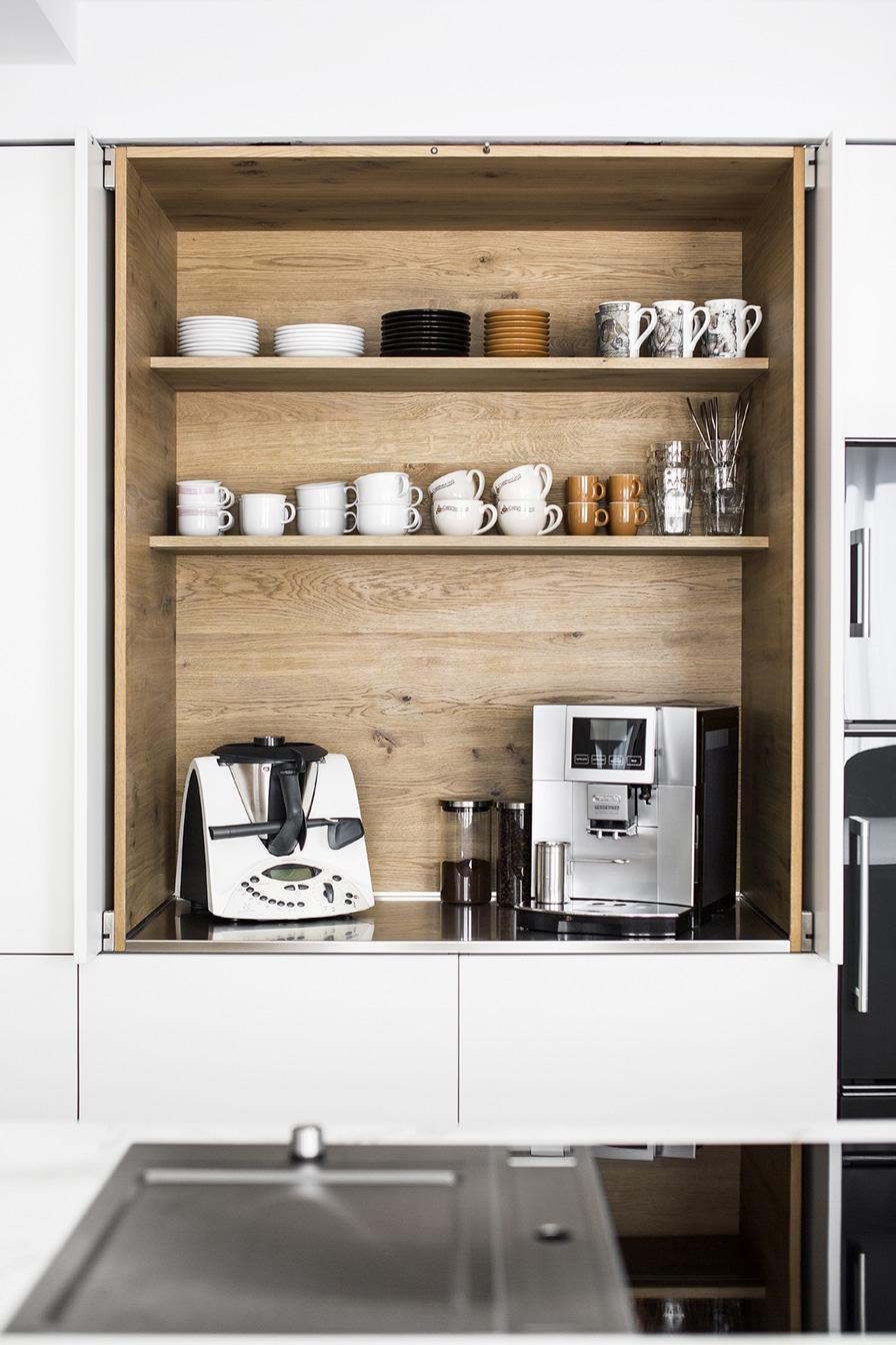 Clever gelöst: damit Kleingeräte wie Kaffeemaschine und Thermomix nicht wertvollen Platz auf der Arbeitsfläche einnehmen, hat Planer Marcel Hufnagl einen Pocketschrank für die Kunden anfertigen lassen. (Foto: Dross&Schaffer Ingolstadt)