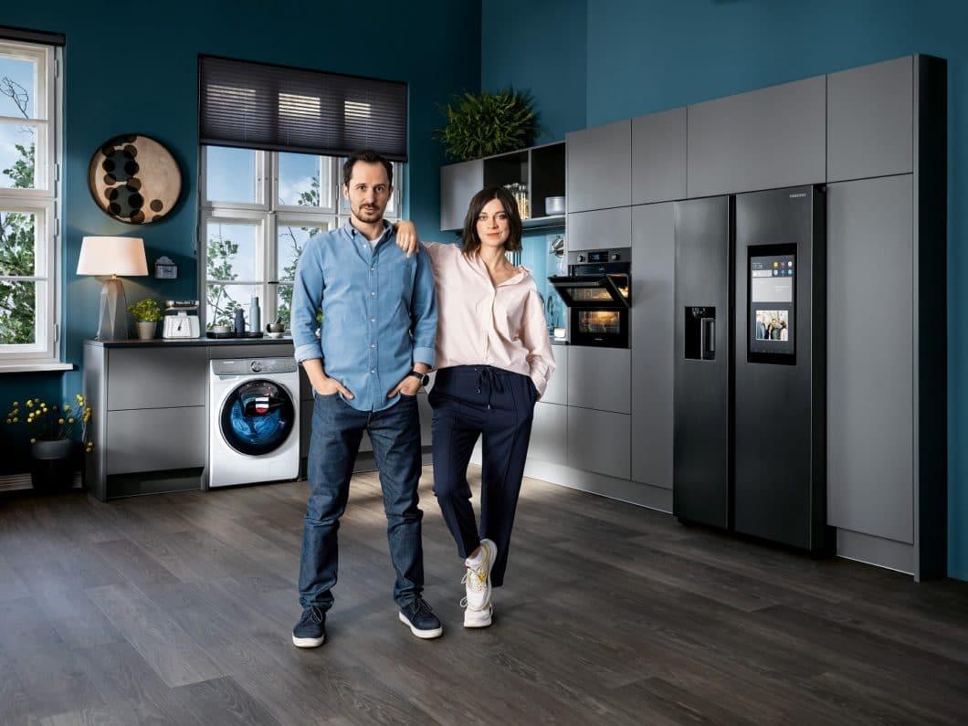 Ein junges Paar, eine Küche voller hochwertiger elektronischer Geräte - und die Frage, wie das perfekte Zusammenspiel aussieht, wenn die kritischen (Schwieger-)Eltern vorbeikommen. (Foto: Samsung)
