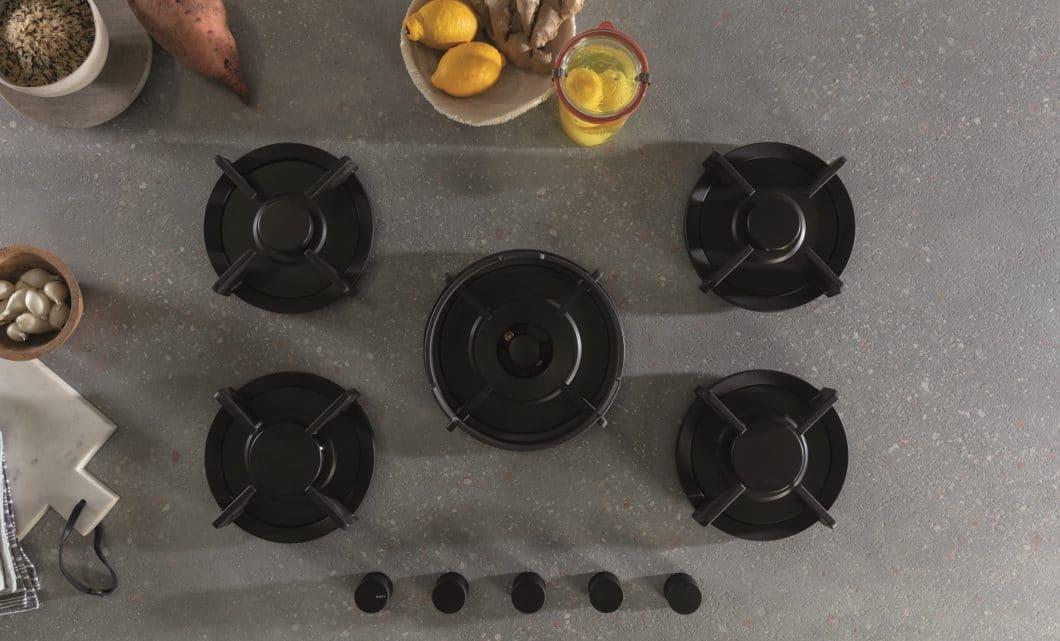"""Eine attraktive Form des Kochens mit Gas bringt der belgische Hersteller Novy auf den Markt: dessen Gasbrenner sind direkt in die feuerfeste Arbeitsplatte integriert. Das Prinzip des Kochens auf """"offener Flamme"""" wird so greifbar. (Foto: Novy)"""