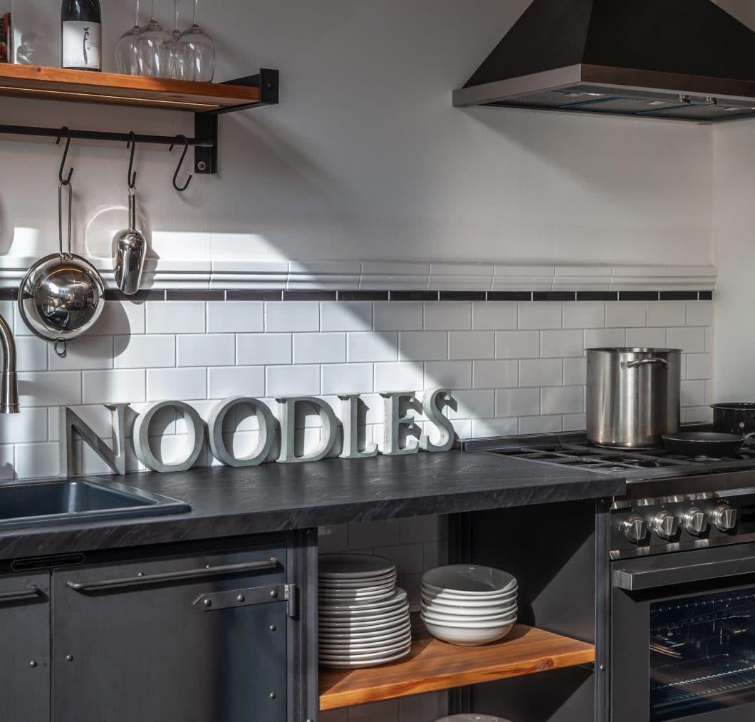 """Weil das Unternehmen als Kreativagentur für den Messe- und Ladenbau startete, ist auch das eigene Studio """"Authentic Kitchen"""" in Berlin äußerst ansprechend eingerichtet. (Foto: Noodles Corp.)"""