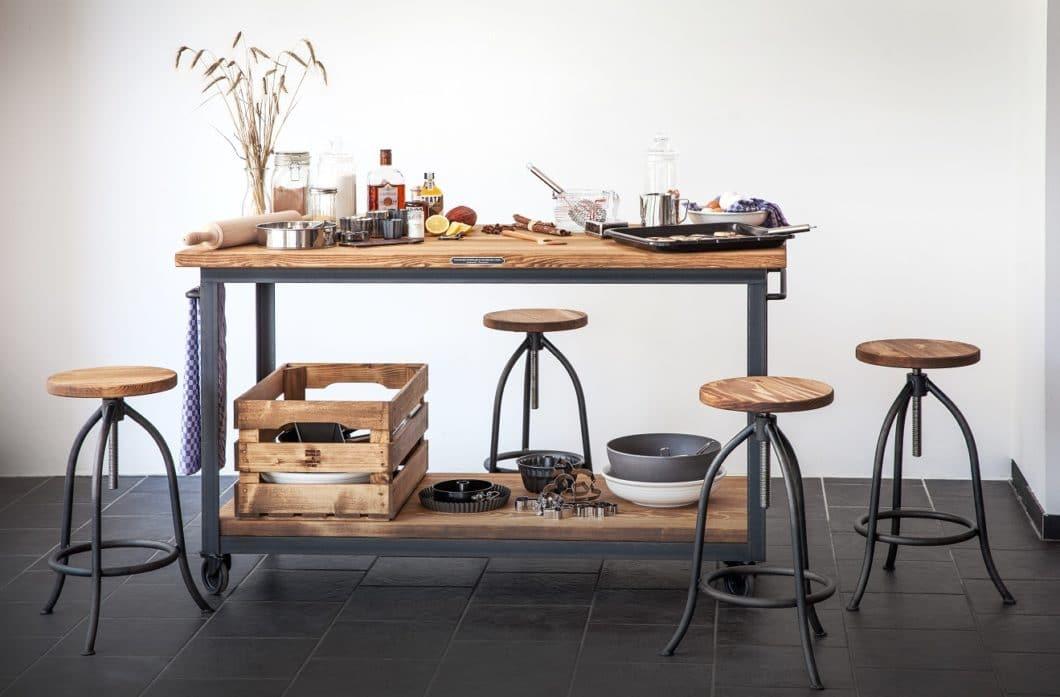 Der bewusst gewählte Vintage-Look fordert eine größere Auseinandersetzung mit jedem einzelnen Produkt als industriell gefertigte Oberflächen. Holz und Stahl werden daher hinsichtlich ihrer Nachhaltigkeit ausgewählt und verarbeitet. (Foto: Noodles Corp.)